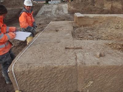 Numérotation, mensurations et répertoriage de chaque pierre