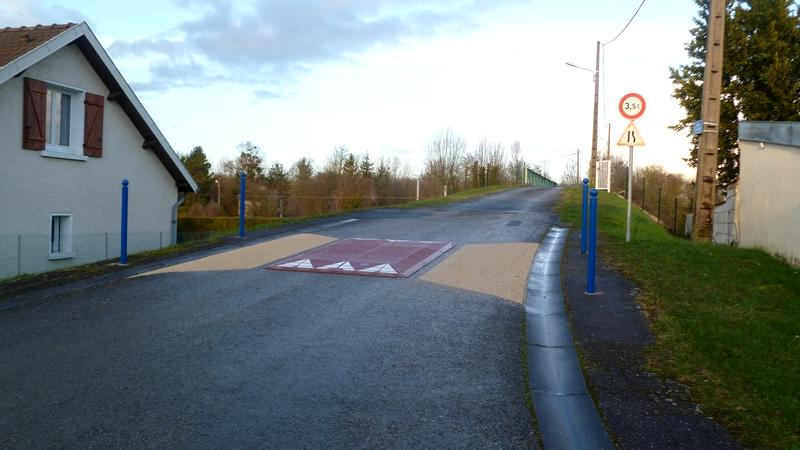 Zone 30 avec stop et ralentisseur rue du gué